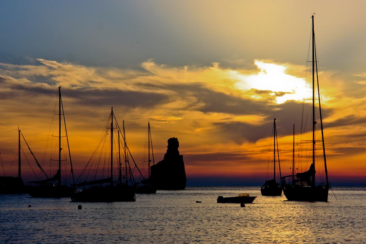 Sonnenuntergang und Schiffe in der Bucht von Cala Benirras